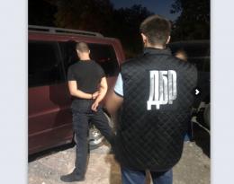 У Чернівцях під час збуту наркотиків затримали патрульного (фото)