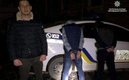 На Франка у Чернівцях поліцейський затримав чоловіків, які пограбували BMW Х5