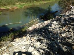 Біля річки на Буковині невідомі викинули купу битого шиферу