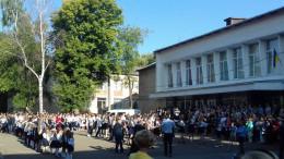 У Чернівцях під час виступу чиновника на шкільній лінійці знепритомнів хлопчик
