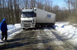 На Буковині вантажівка перекрила рух транспорту (фото)