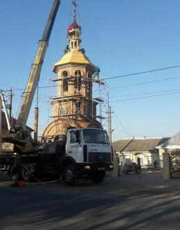У Новоселиці біля церкви Успіння Пресвятої Богородиці освятили хрест на новій дзвіниці