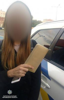 Чернівчанка знайшла у парку чужий гаманець і документи та передала їх патрульним