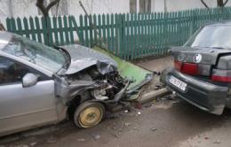 """На Буковині п'яна водійка на """"Мазді"""" протаранила два авто й огорожу (відео)"""