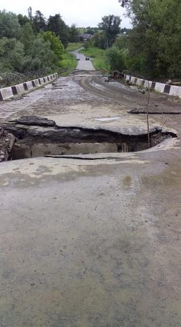В селі на Буковині негода частково зруйнувала міст (відео)