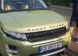 """У Чернівцях """"мажор"""" на """"Range Rover"""" збив мотоцикліста і втік, забравши документи (фото)"""
