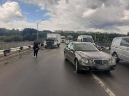 """У Чернівцях на об'їзній вантажівка зіткнулася із """"Мерседесом"""" (фото)"""
