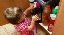 На Буковині однорічна дівчинка отруїлась миючим засобом