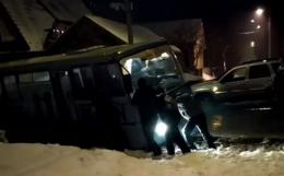 У Чернівцях маршрутка застрягла у ямі та не змогла з неї вибратися (фото+відео)
