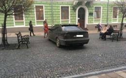 У Чернівцях невідомий водій припаркував автомобіль посеред Кобилянської (фото)