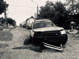 """У поліції розповіли, як у Чернівцях """"Land Rover"""" протаранив бетонний блок (фото)"""