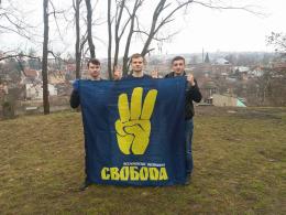 Студенти-свободівці прибрали в парку Шиллера у Чернівцях (фото)