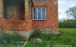 На Буковині затримали чоловіка, який вирощував коноплю біля будинку