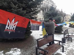 Чернівчани залишають підписи на прапорі, який представлятиме місто у зоні АТО (фото)