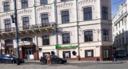 У Чернівцях жінка голяка пройшлася центром міста (відео)