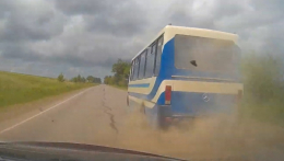 На Буковині у переповненої маршрутки на ходу вибухнуло колесо