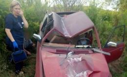 У Чернівцях «Москвич» врізався в електроопору, троє осіб постраждали (фото)