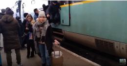 Пасажири зістрибували на перон – потяг «Чернівці – Львів» випустили у рейс несправним (відео)