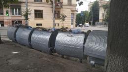 центрі Чернівців замінюють сміттєві контейнери