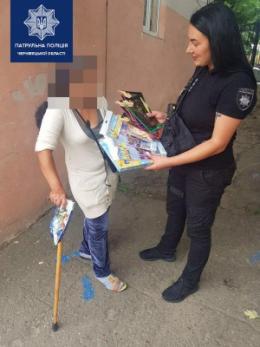 У Чернівцях жінка, яка жебракувала на дорозі, після розмови з патрульними зробила подарунок дитячому будинку