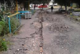 У Чернівцях на Головній біля будинку, де проживають незрячі, розрили дорогу і не ремонтують її