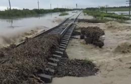 Паводок зруйнував залізничну колію між Чернівцями та Франківськом (відео)