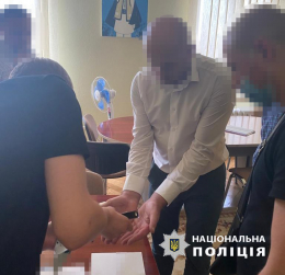 У Чернівцях чиновника затримали на хабарі
