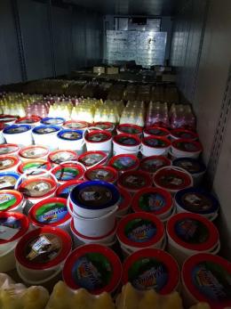 На Буковині чоловік намагався вивезти до Румунії тисячі пачок цигарок, сховавши їх під відрами майонезу (фото)