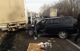 На Буковині вантажівка врізалась у легковик, є постраждалі (фото)
