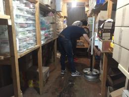 """В Чернівцях підприємці """"Калинки"""" вивозять товар фурами через загрозу повені (фото)"""