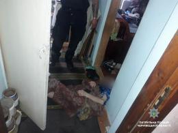 Чернівецькі патрульні через балкон лізли до помешкання, аби врятувати немічну бабцю