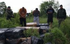 На Буковині затримано п'ятьох контрабандистів, які намагалися переправити близько 60 пакунків сигарет через кордон (фото)