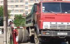 У Чернівцях вантажівка, в якої відпало колесо, ледь не потрапила під потяг (фото)