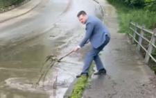 Володимир Бешлей з лопатою показав «лайфхак для влади» (відео)