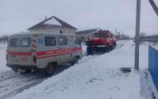 На Буковині рятувальники витягували з кювету автомобіль швидкої (фото)