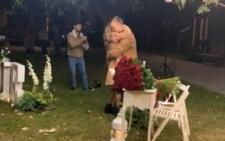 Чернівчанин влаштував зворушливе зізнання своїй коханій у оновленому сквері біля ЧНУ (відео)