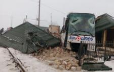 На Буковині пасажирський автобус в'їхав у будинок на залізничному переїзді (фото)