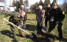 Лісовики Буковини передали обласній лікарні біля ста дерев та 10 кованих лавиць