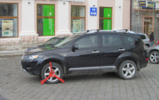 У центрі Чернівців посеред дороги залишили джип