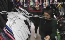 У Чернівцях молодик обікрав магазин одягу: допоможіть знайти зловмисника (відео)