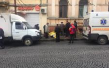 У центрі Чернівців посеред вулиці раптово помер чоловік (фото)