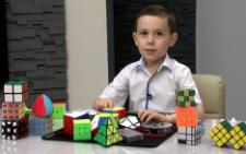 У Чернівцях 8-річний хлопчик збирає кубик Рубика за дві секунди