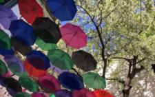 Дворик у Чернівцях прикрасили десятками кольорових парасольок