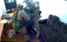 Оприлюднили відео із затримання екс-міліціонера, який пропонував хабар поліцейському на Буковині (відео)