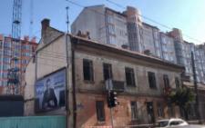 У Чернівцях на Героїв Майдану почали демонтувати аварійні будинки (відео)