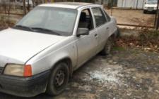 У Чернівцях невідомий побив вікна в 11-ти автівках