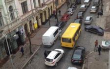 У Чернівцях вулицю Бандери блокували автомобілі з іноземною реєстрацією (фото)