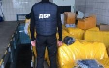 На Чернівецькій митниці зупинили величезну контрабанду одягу з Румунії (фото)