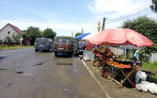 На Буковині вантажівка вдарила легковика, який занесло на ринок (фото)
