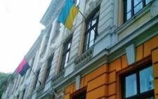 У Чернівцях виник скандал через прапор ОУН УПА на фасаді школи, директор має дати пояснення